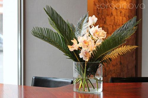 Орхидея цимбидиум в оформлении бара